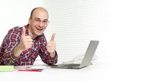 Uomo che lavora ad un computer portatile Fotografia Stock Libera da Diritti