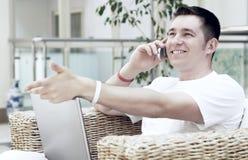Uomo che lavora al computer portatile Immagini Stock Libere da Diritti