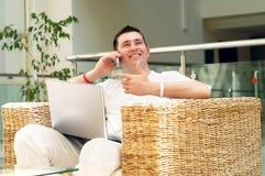 Uomo che lavora al computer portatile Fotografia Stock