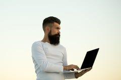 Uomo che lavora al computer portatile Immagine Stock