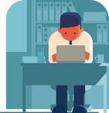 Uomo che lavora al computer portatile nell'ufficio Fotografia Stock