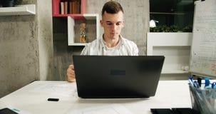 Uomo che lavora al computer portatile in ufficio archivi video