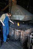 Uomo che lavora al fabbro del forno del carbone Fotografie Stock