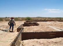 Uomo che lavora al luogo dello scavo - orizzontale Fotografie Stock