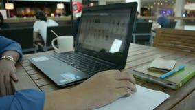 Uomo che lavora al suo computer portatile video d archivio