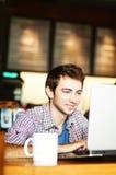 Uomo che lavora al suo computer portatile Immagini Stock Libere da Diritti