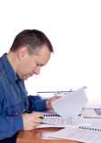 Uomo al suo scrittorio Immagini Stock Libere da Diritti