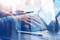 Uomo che lavora all'ufficio Vista del primo piano delle mani maschii che scrivono sulla stazione elettronica del tastiera-bacino  Immagini Stock