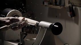 Uomo che lavora alla macchina del tornio di falegnameria nell'officina del carpentiere Fine in su archivi video