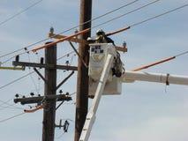 Uomo che lavora alle linee elettriche Immagine Stock Libera da Diritti