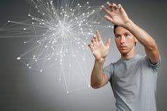 Uomo che lavora con i punti collegati Concetto senza fili del collegamento Fotografia Stock Libera da Diritti