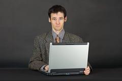 Uomo che lavora con il computer portatile Immagini Stock