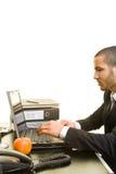 Uomo che lavora con il computer portatile Fotografie Stock