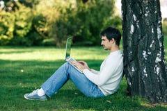 Uomo che lavora con il computer portatile all'aperto Fotografia Stock Libera da Diritti