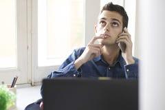 Uomo che lavora con il computer portatile del computer Fotografie Stock