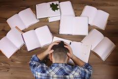 Uomo che lavora con il libro sul pavimento Fotografia Stock Libera da Diritti