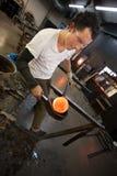 Uomo che lavora con il vetro caldo immagine stock libera da diritti