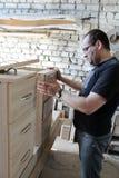 Uomo che lavora con la mobilia immagini stock libere da diritti