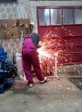 Uomo che lavora con la smerigliatrice Fotografia Stock Libera da Diritti