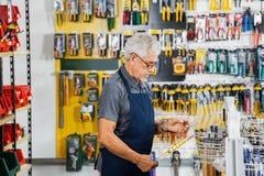 Uomo che lavora nel negozio dell'hardware Fotografia Stock