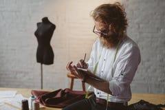 Uomo che lavora nell'atelier moderno immagini stock