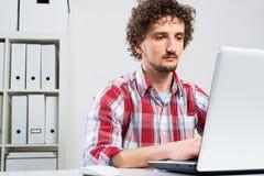 Uomo che lavora nell'ufficio Fotografie Stock Libere da Diritti
