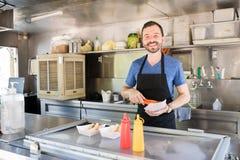 Uomo che lavora in un supporto dell'alimento Fotografie Stock