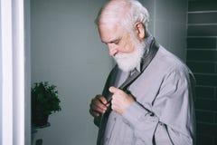 Uomo che lega cravatta fotografia stock