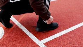 Uomo che lega la scarpa di sport prima dell'esercizio di mattina Bello fondo di sport video d archivio