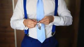 Uomo che lega suo legame Lo sposo che lega il suo legame Accesso dello sposo di nozze stock footage