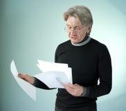 Uomo che legge i documenti impormant immagini stock