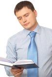 Uomo che legge un libro Fotografie Stock Libere da Diritti