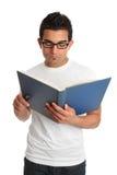 Uomo che legge un libro Immagini Stock