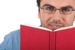 Uomo che legge un libro Fotografie Stock