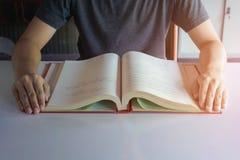 Uomo che legge un libro Immagine Stock Libera da Diritti