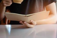 Uomo che legge un libro Fotografia Stock