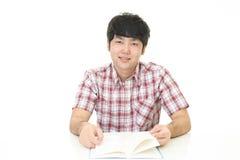 Uomo che legge un libro Immagini Stock Libere da Diritti