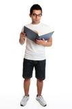 Uomo che legge un libro di hardcover Fotografia Stock Libera da Diritti