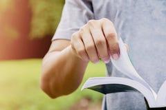 Uomo che legge un libro di mattina Fotografie Stock