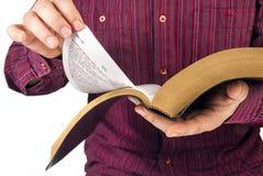 Uomo che legge una bibbia Fotografie Stock