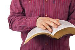 Uomo che legge una bibbia fotografia stock