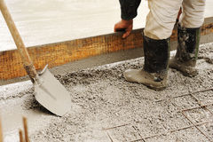 Uomo che livella la lastra di cemento armato fotografie stock libere da diritti