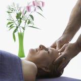 Uomo che massaggia donna. fotografie stock