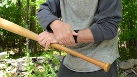 Uomo che massaggia la mazza da baseball della tenuta del polso archivi video