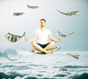 Uomo che medita su banconota del dollaro immagini stock libere da diritti