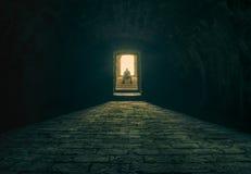 Uomo che medita su scale del seminterrato Fotografia Stock