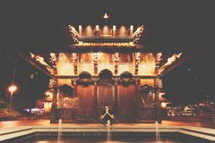 Uomo che medita vicino al tempio immagine stock