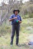 Uomo che mescola tè fotografia stock libera da diritti