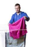 Uomo che mette lavanderia Fotografie Stock Libere da Diritti