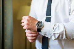 Uomo che mette sull'orologio Fotografie Stock Libere da Diritti